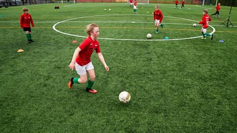 TPV:n 12-vuotiaat jalkapallojuniorit harjoittelivat Tampereella Vehmaisten kentällä vuosi sitten pienryhmissä. Valokuva on otettu 29.5.2020. Etualalla Vilppu Rantakeisu kuljettaa palloa syöttöharjoituksessa.