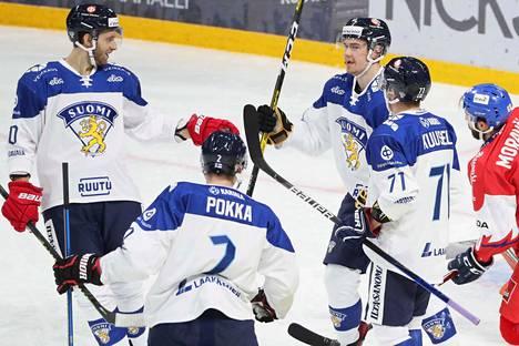 Petteri Lindbohm (vas.), Ville Pokka ja Kristian Kuusela onnittelevat Juho Lammikkoa avausmaalista.