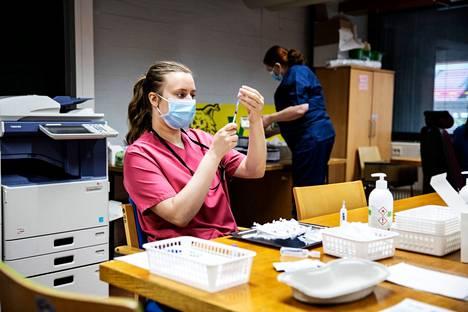 Pirkanmaalla kerrottiin viime viikolla yhtä päivää lukuun ottamatta alle 10 tartunnan päiväluvuista. Kuvassa sairaanhoitaja Elina Hakala valmisteli rokotteen käyttöön laimennushuoneessa Ratinan rokotuspisteessä toukokuussa.