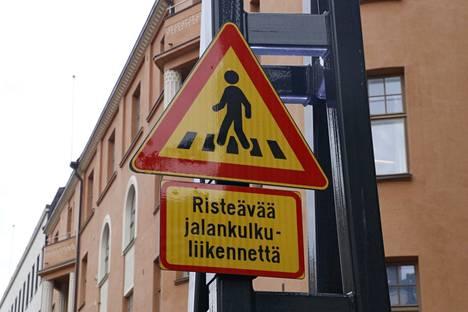 Näsilinnankadulta Keskustorille alkaa alamäki, jossa pyöräilijöiden ja potkulautailijoiden pitää muistaa, että nopeusrajoitus Hämeenkadulla on 20 km/h.