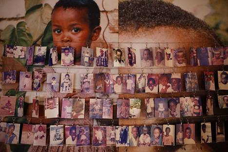 Joukkosurmissa kuolleiden lasten kuvia esillä pääkaupunki Kigalissa sijaitsevassa museossa. Kuva huhtikuulta 2019.