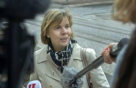 Oikeusministeri Anna-Maja Henriksson (rkp.) pitää äärimmäisen tärkeänä sitä, että lähestymiskielto on riittävän tehokas.
