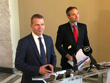 Kokoomuksen puheenjohtaja Petteri Orpo (vas.) sanoi, että terrorismilainsäädännön tiukentaminen pitää tehdä hyvän sään aikana. Vieressä eduskuntaryhmän puheenjohtaja Kai Mykkänen.