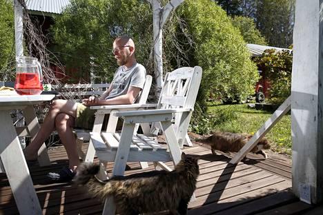 Sairastuminen on sosiaalisesti kova paikka. Kaikkein eniten Marko Järvinen kertoo kaipaavansa työpaikan kahvihetkiä.