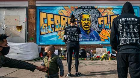 Ihmisiä kokoontui George Floydista tehdyn muraalin äärelle Yhdysvaltojen Minneapolisissa 20. huhtikuuta.