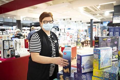 Niina Kotiranta, Suomalaisen Kirjakaupan Porin ja Rauman myymälöiden myymäläpäällikkö on palkannut uuden henkilökunnan Porin kävelykadun myymälään, josta tulee ensi kuun puolessa välissä alennettujen tuotteitten outlet -myymälä.