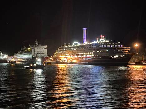 Viking Grace irrotettiin sunnuntain vastaisena yönä ja hinattiin Maarianhaminan satamaan. Kuvakaappaus Länsi-Suomen merivartioston Twitter-tililtä.