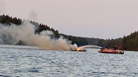 Lasikuituinen moottorivene syttyi tuleen Rautavedellä Sastamalassa, lähellä Ellivuorta torstai-iltana. Veneestä nousi runsaasti savua.