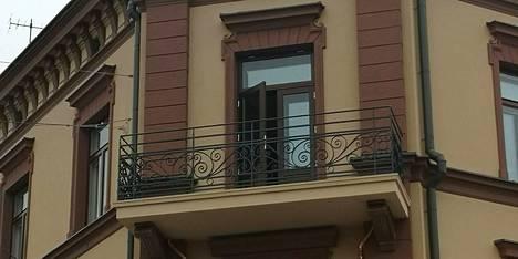 Maanantaina otetussa valokuvassa näkyy hyvin Sandbergin talon parvekekaiteiden koristeellisuus.