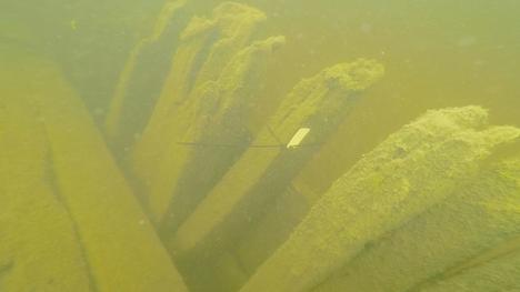 Hylkyä on tutkittu vuonna 2015 ja uudestaan tarkemmin tänä syksynä tehdyissä sukelluksissa. Kuvassa näkyy kyljen rakennetta veden alla.