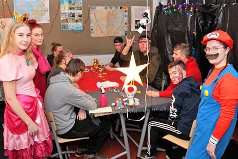 Super Mario -aiheisessa luokassa pelattiin noppapelejä ja laiva on lastattu -peliä Sofia Sarinin, Noora Juutilaisen ja Susanne Siuron johdolla.