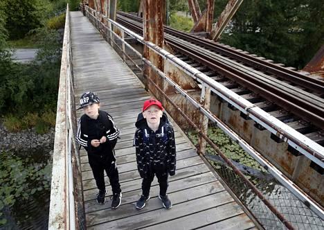 Sohvi ja Reino Heinosen koulumatka kulkee Kalaholmaan vanhan rautatiesillan viertä. Kouluun kulkemista on harjoiteltu kuluvalla viikolla äidin ja mummun kanssa.