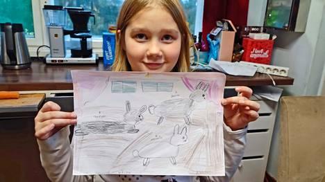 Olivia Hattinen esittelee perheen pupuista, Hermannista, Nenonillasta ja Juniorista tekemäänsä piirustusta.