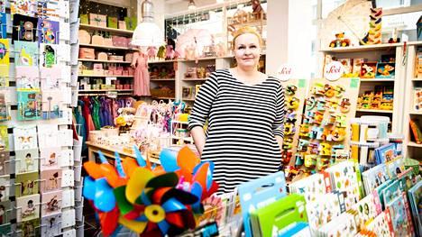 Tytär Veera Solala jatkaa äitinsä elämäntyötä ja pitää lelukauppaa. Ensin Miraakkeli keskittyi lastenvaatteisiin, mutta nyt painopiste on leikkikaluissa.