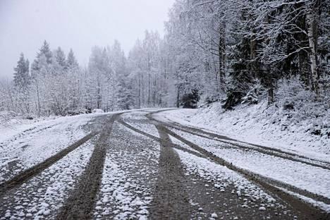 Vappuaatonaattona 29. huhtikuuta 2021 maisema näytti tältä Ylöjärven Mutalassa. Väliin mahtuu muutama aurinkoisempi päivä, mutta alkavan viikon torstaille ennustetaan jälleen lumisateita.