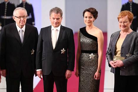 Presidentti puolisoineen poseerasi kuvaajille yhdessä Martti Ahtisaaren ja Tarja Halosen kanssa.
