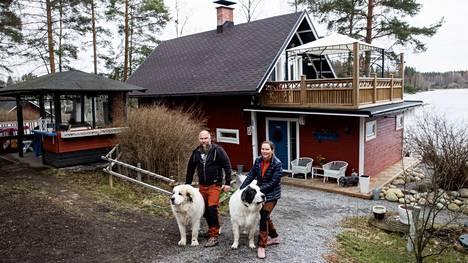 Hannu ja Leena Kuharanta pääsevät nauttimaan järvimaisemista uuden kotinsa sisältä ja myös rakennuksen lisäsiiven päälle rakennetulta isolta kattoterassilta. Lähes 3000 neliömetrin tontilla on hyvin tilaa myös Bosse- ja Raisa-koirille.