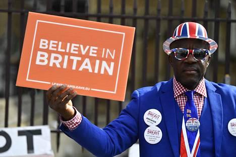 Brexitin kannattaja protestoi parlamenttitalon edessä Lontoossa.