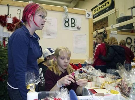 Juupajoen Joululahjamessuilla on perinteisesti ollut myös koululuokkia myymässä tuotteitaan, niin tänäkin vuonna. Kuvassa on koululuokan pöytä vuosia sitten järjestetyiltä Joululahjamessuilta.