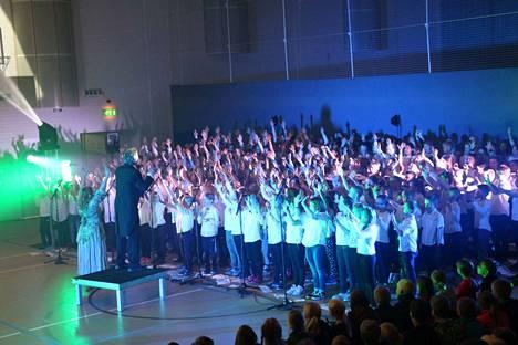 300 lasta tempautui lauluun upeassa yhteisprojektissa liikuntahallilla.