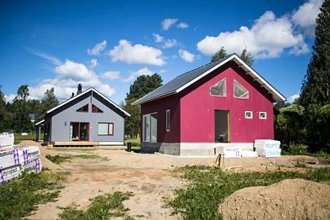 Talojen ulkoseinät on rakennettu hengittävistä ja eristetyistä pystyhirsi -elementeistä. Yhden elementin sisällä on 22 senttiä ekovillaa.