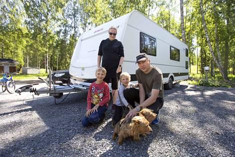 """Suvi ja Timo Mankkinen sekä lapset Eeli ja Nooa kävivät Valkeakoskella ensimmäistä kertaa ja yöpyivät vaunussaan Apianlahden leirintäalueella. Kauniit vesistöt ja hyvät ulkoilureitit tekivät vaikutuksen. """"Varmaan pyörähdetään toistekin"""", sanoo Timo Mankkinen."""
