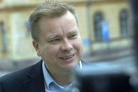Antti Kaikkonen aikoo pitää loppukesästä isyysloman puolustusministerin tehtävästä. Ministeri odottaa perheuutista tietenkin innostuneena.