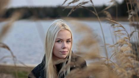 """Kaisla Ankelo vietti kesällä paljon aikaa kavereidensa kanssa Luvian Laitakarissa. Hän sanoo, että kaverit ovat hänelle todella tärkeitä. """"Tosi paljon olen kavereiden kanssa. Yhdellä kaverilla on autotallissa tila, missä hengailemme usein, kun ulkona on kylmä."""""""