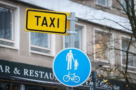 Uusi taksilain luonnos saa kannatusta taksialan edustajilta ja vammaisjärjestöiltä.