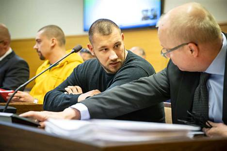 Ulvilan Cannonball-kerhon johtaja Tino Raja (keskellä) sai Vaasan hovioikeudessa 11 vuoden vankeustuomion. Keltaisessa hupparissa oikeudessa esiintynyt Janne Alamäen tuomio pysyi 10 vuodessa.