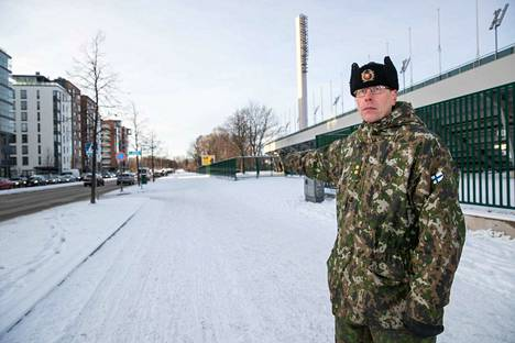 Everstiluutnantti Veli Rajala kertoo, että ylilennot tulevat Pyynikin suunnasta Tampereen valtatien päälle. Näillä paikkeilla on myös Laivaston soittokunta.