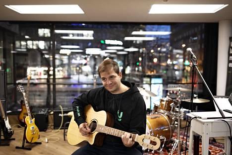 Yousician-startupin toimitusjohtaja Chris Thür saa nykyään soitella perin tyytyväisenä Yousicianin tiloissa Helsingin Hakaniemessä.
