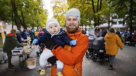 """Matti Tiainen, 38, oli vauvabaanalla kaksin 6-kuukautisen poikansa Nooa Koivun kanssa. Hän pitää perhevapaan uudistusta tervetulleena: """"Kyllä se minun mielestäni on mahtava uudistus."""" Kun puoliso palasi puolen vuoden jälkeen töihin, Tiainen jäi lapsen kanssa kotiin omasta aloitteestaan. """"Vähän toivoin, että voisin ottaa pidemmän pätkän Nooan kanssa"""", hän sanoo. Kotiin jääminen töistä ei luultavasti olisi kummallekaan vanhemmalle helpompi kuin toiselle, mutta Tiaisen töissä vanhempainvapaa ymmärrettiin hyvin."""