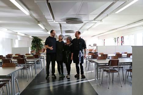 Puolalaispariskunta Kamil Szajny ja Bogna Szajna työskentelevät Kirsi ja Petri Ahon lounasruokalassa. Koko nelikko osallistuu ruoanlaittoon.