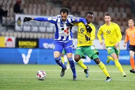 HJK:n Rafael ja Ilveksen Emile Paul Tendeng kamppailivat Töölön stadionilla viime vuoden toukokuussa.