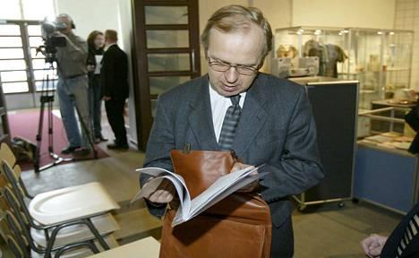 Kirjoittajan mukaan EU:n historia on ollut vähintäänkin sekava, mutta on se ainakin tarjonnut muutamalle suomalaiselle uskomattomat uraputket. Kuvassa komissaari Erkki Liikanen vuodelta 2004.