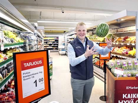 Miikka Lavanto lupailee Otavankadun K-marketin hedelmä- ja vihannesosastolle torimaista tunnelmaa. Remontti päättyy lokakuun puolella.