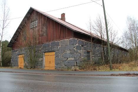 Tolvin tilan iso kivinavetta Harjavallan Torttilassa on rakennettu ilmeisesti 1890-luvun alussa. Tie jalkakäytävineen on levinnyt aivan rakennuksen päätyyn.