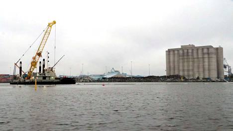 Petäjäksen satamanosassa on käynnissä laajennuksen neljäs vaihe. Kaupunki on vahvasti sitoutunut rahoittamaan ja takaamaan laajennuksen viidennen vaiheen ja uuden laivalaiturin rakentamisen investoinnit, mikäli Metsä Fibre Oy:n sahalaitos tulee Raumalle.