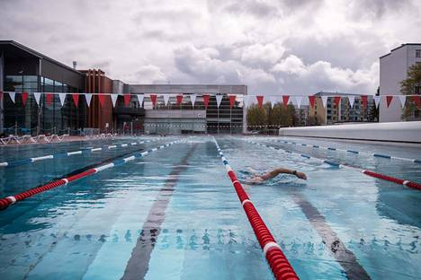 Ensimmäisen aukiolotunnin aikana lauantaina kello 10-11 joka radalla oli monta uimaria. Sitten alkoi hieman hiljentyä.