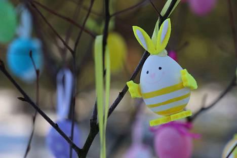 Kukkia vai pupuja? Munakennosta tehtävät kukkaset voi ripustaa oksille kuten tämän munapupun. Kuva: arkisto.