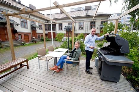 Pihalla on asukkaiden yhteisessä käytössä terassi grilleineen. Jouni Ketola ja Suvi Soidinmäki ovat mielissään siitä, että taloyhtiössä on säilynyt yhteisöllinen henki. –Täällä on hyvä pössis, Jouni Ketola tiivistää.
