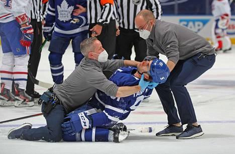 Toronto Maple Leafsin kapteeni John Tavares sai taklaustilanteessa polven päähänsä ja otti kovan osuman.