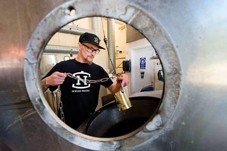 Nokian panimon pääluottamushenkilö Mika Kautonen työskenteli keskiviikkona panimolla, jossa työskentelee tänä kesänä ennätysmäärä kausityöntekijöitä. Panimo tuottaa vuodessa viisi miljoonaa litraa olutta.