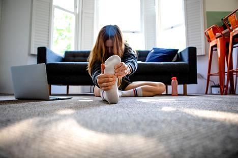 Koronapotilaan kannattaa kotona sairastaessaan yrittää vähän liikkua ja venytellä, vaikka mieli tekisi vain maata sängyssä. Kuume ja tulehdus elimistössä lisäävät riskiä saada veritulppa.