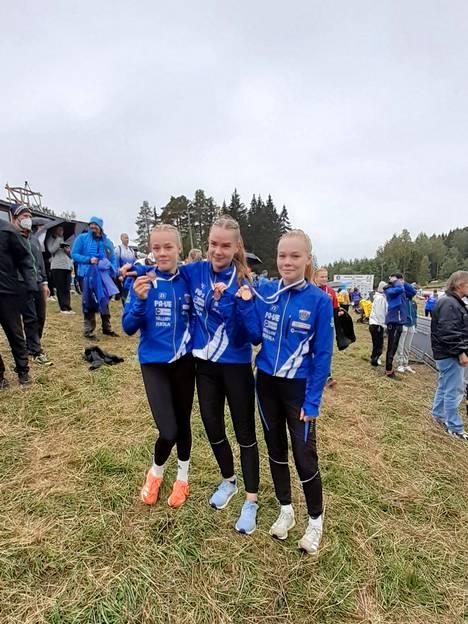 Keuruun Kisailijoiden SM-pronssia suunnistanut joukkue Hetaliina Karkiainen, Alina Papinaho ja Helmi Karkiainen. SM-viestit suunnistettiin Mikkelissä.