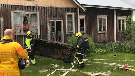 Ikaalisten Poltinkosken alueella sijaitsevassa omakotitalossa syttyi tiistaina tulipalo. Palo saatiin paikalla nopeasti hallintaan. Kuvassa pelastajat kantavat talosta ulos pahoin vahingoittunutta sohvaa.