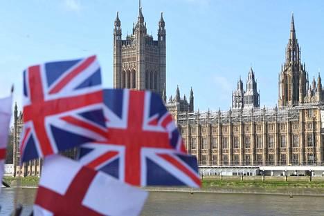 Rajat nousevat. Isoon-Britanniaan töihin haluava tarvitsee jatkossa korkean koulutuksen ja hyvät tulot.