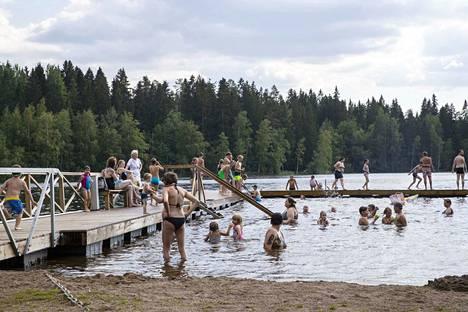 Peltolammin uimalassa riitti sunnuntai-iltapäivänä väkeä, mutta liian ruuhkaista ei ollut.
