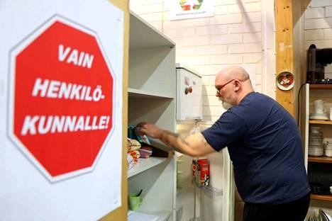 Mikko Koskisen täyttämä ruokahävikkikaappi ei ole tarkoitettu vain henkilökunnalle. Päinvastoin, kaikkien nakkilalaisten toivotaan hyödyntävän sitä.